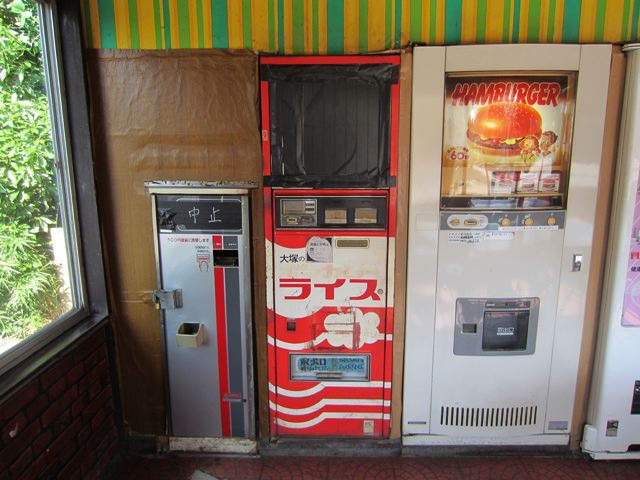 カレー…。稼働してないけど、ボンカレーの自販機の筐体って初めて見た!