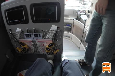 バスにはモニターやコンセントがあった。ひざの前にはこぶし2つ分くらいの間隔だが、通路側なので足をのばすスペースはあった。