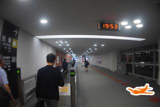 着陸後、空港内を歩きます。これがまたけっこう歩く。(4時間20分後)