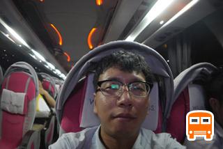 バス側、旅の終わりに車内で飲んでて顔がテッカテカに。(5時間00分後)