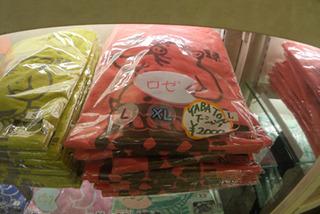名古屋のとんかつ屋のオリジナルTシャツの色、ロゼ。ピンクでいいだろう、ピンクで。