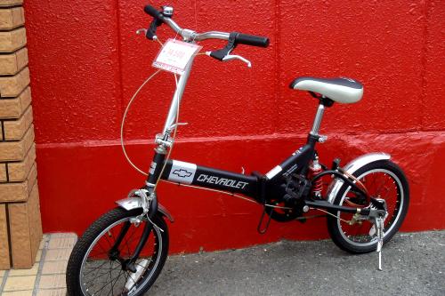 客が駐輪した自転車かと思いきや、これも売り物。実におおらかなディスプレイである