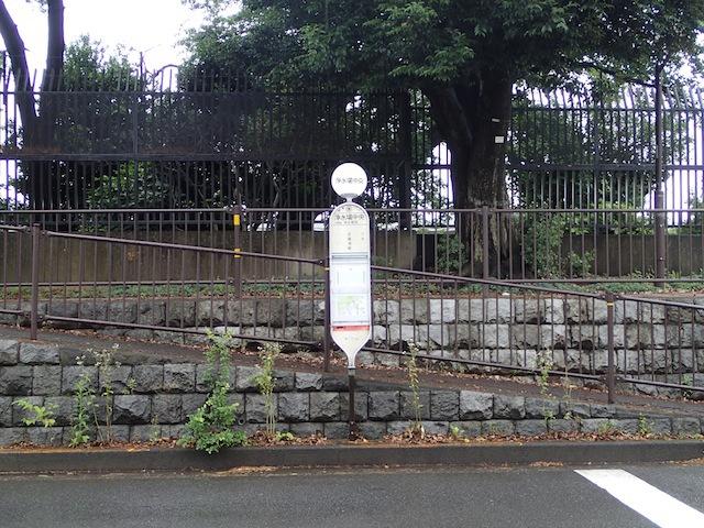 バス停の名前が「浄水場中央」、西には「浄水場西」というバス停が。なんせ西だし。