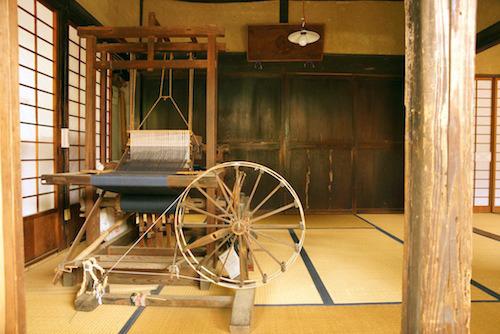 母屋の座敷には織機や糸車が。当時の部品を組立てたり、一部修繕して復元。