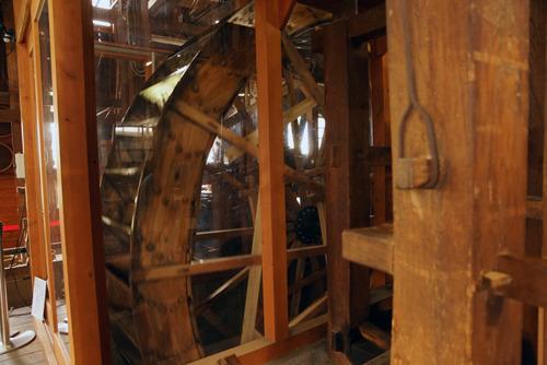 水車小屋の中で回転する水輪。