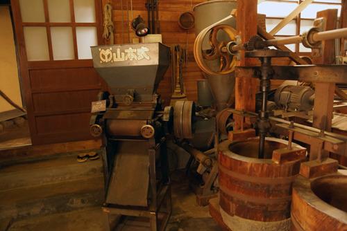 押麦圧片機(おしむぎあっぺんき)大麦をついた後、これで押し麦にする。 名前を読むだけで惚れる。
