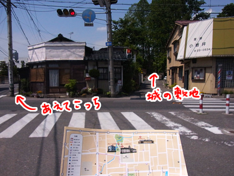 真っ直ぐ行けば松本城が全部見えるが、あえて行かない