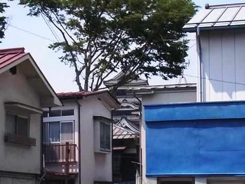 家々の間から覗く松本城。渋い