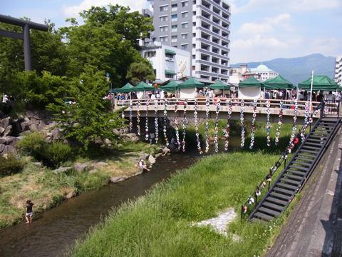 途中のキレイな川の近くでも工芸イベントが催されていた