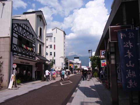 食べ物屋さんや工芸品のお店が並ぶ、人気の中町通り