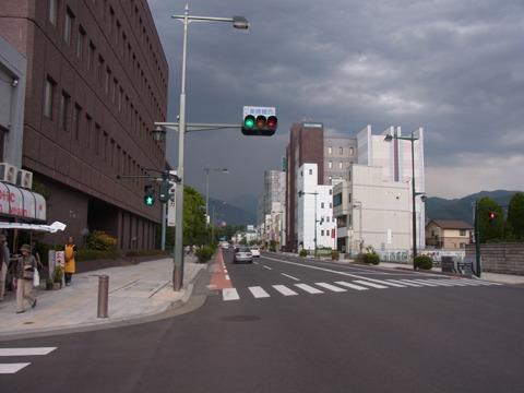 雲行きがあやしい。雷が鳴り出してる。これが山国か…