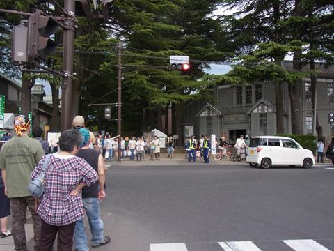 旧松本高等学校の跡地がある公園で開催されている。あと1時間ほどで終了というのに人はまだ多い