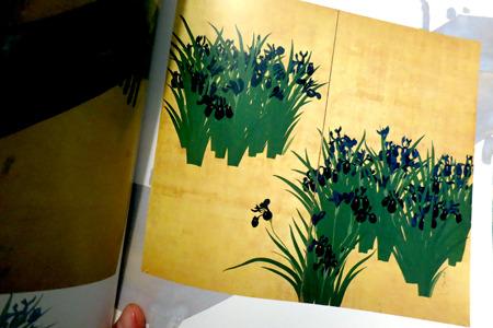絵の入った金屏風、たとえばこういうの。池田孤邨という江戸後期の絵師による「燕子花・八橋図屏風」というものだそうだ。かっこいい。