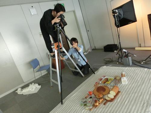 カメラマンは今回もマガジンハウス社より山口徹花さん! 今回は同社会議室をスタジオ代わりに撮影もいよいよ本格的な様相で進められた