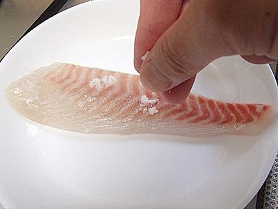 塩をふりかけた後にスプーンの腹の部分などで全体に伸ばします。