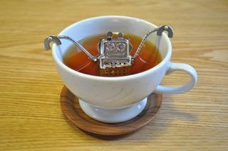 中に茶葉を詰めて紅茶を作れるハイテクロボ。こいつが紅茶界を支配すれば悩みは解決するのではないか(東急ハンズで購入)。