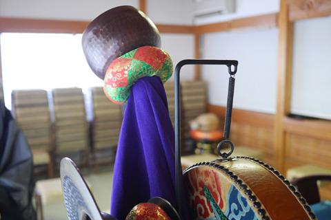 鉢をさして太鼓をバネでつるす。鉢や太鼓は各寺のものを使用する