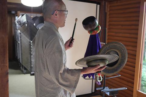 全部太鼓のバチでできるなと考えた住職。悠久の時を経て、今チンポンジャランに合理化の波がきた