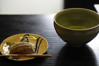 取材中にお菓子とお抹茶をいただきました。お寺取材のよさ!