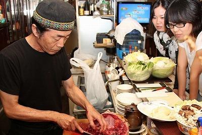 「まあスッポンなら捌けるし…」と店主の比嘉さんは平然と調理を進める。プロの料理人ってすごい。