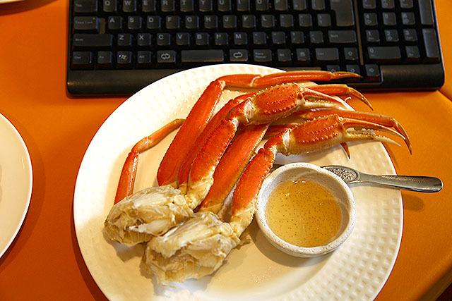 ポテトチップス感覚で蟹を食べるという、ブルジョアならではの写真。