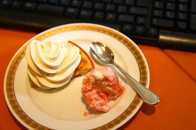 ワッフル、ソフトクリーム、ジェラート。もう食べられないブー。