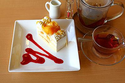 マンゴーのケーキと紅茶。