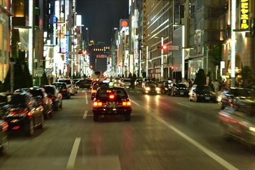 夜の銀座を走り抜ける都バス