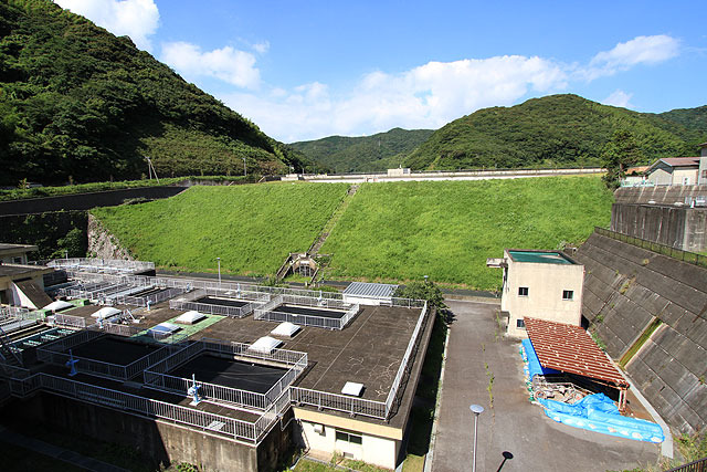 この緑の丘みたいなのがダム。