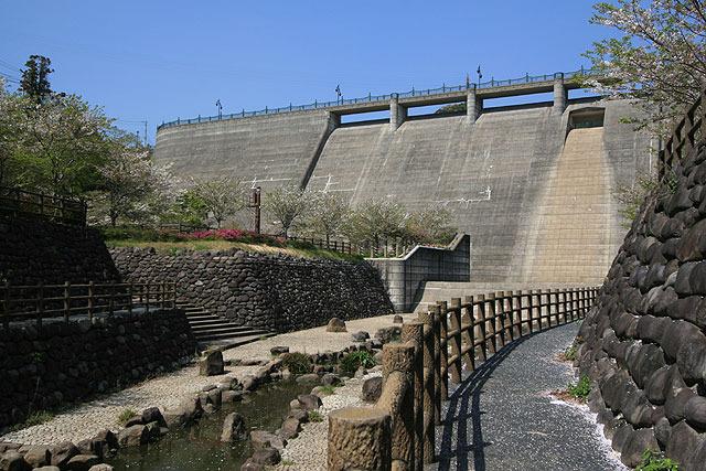 西山ダム。「いわゆるダム」って感じのビジュアル。