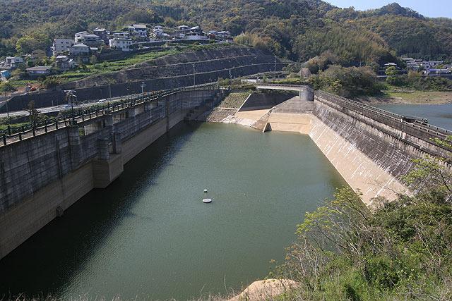 ダム(新)の後ろにもうひとつダム(旧)がある。