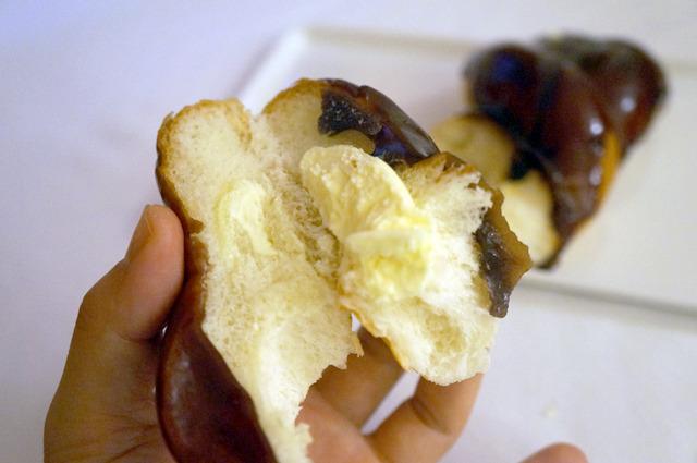 ねじりパンにクリームをはさみ、上からようかんをかける構成はセイコーマートの「ようかんツイスト」と同じ