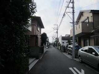 住宅街をひたすら歩く。