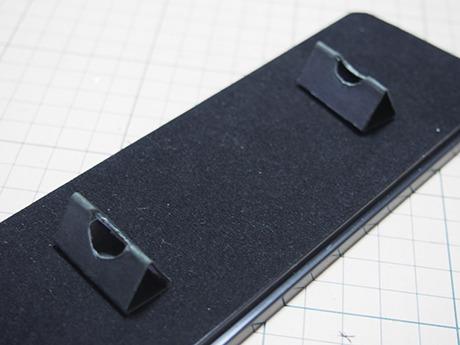黒い厚紙を切って折るだけ。