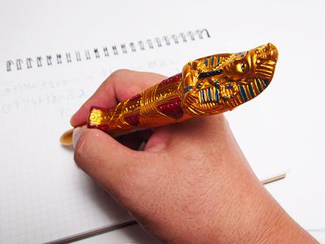 安っぽい雑貨テイストのボールペンも…