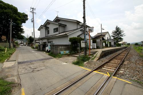 龍岡城駅は周囲に住宅街と畑が広がる無人駅であった