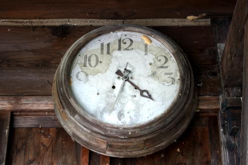 校舎として使われていた時代の名残だろうか。古い時計が残る
