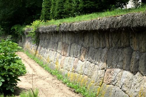 石垣は僅かに湾曲しており、上り辛い構造である