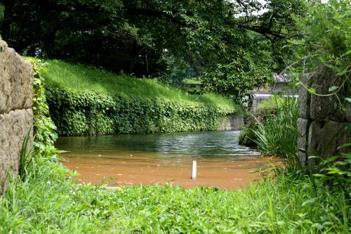 向こう側は水を湛えた濠である