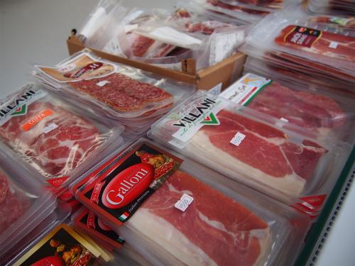チーズだけではなく、生ハムやオリーブオイルなど、イタリア食材も多少ある