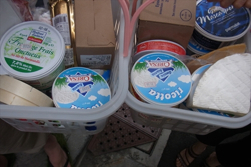 右がおばちゃんのチーズ100円、左がきだてさんのチーズ200円