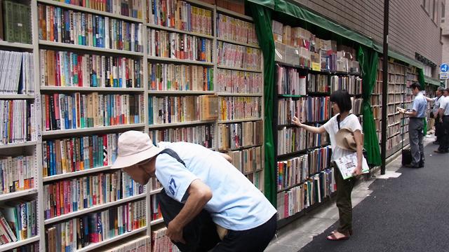 よく通るので見慣れてしまっているけど、外に本棚って珍しい光景だよな