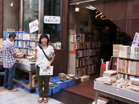 古書センタービルには各階に2つずつ本屋が入っている。一気に稼げるぞ