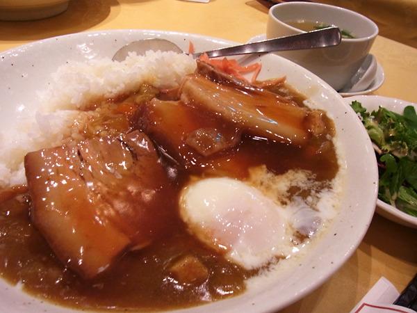 角煮が乗っかった中華風カレー。ボリュームも凄いし今までで一番美味しく感じた