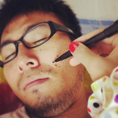 寝ている彼氏の顔に落書き!