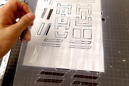 まず樹脂の板を部品の形に切り抜いてテンプレートを作る。