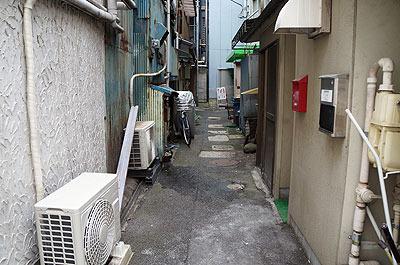 こういう、家しかなさそうな狭い路地の奥に急にネットカフェがあったりする