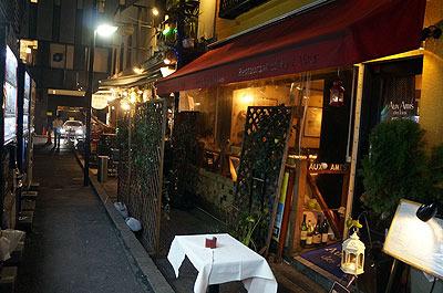 温暖な気候で西洋人の観光客もたくさんやってくるので、夜はこういう西洋風のレストランやバーも繁盛する