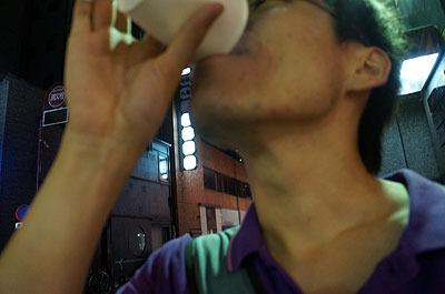 匂いだけのパクチーを、五感に染みるビールが圧倒