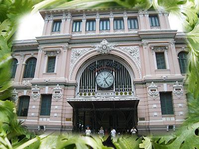 ホーチミンの郵便局はフランス植民地時代にフランスのオルセー駅を模して作られた
